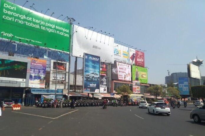 Deretan reklame yang terpajang di sudut kawasan Simpang Lima Semarang.