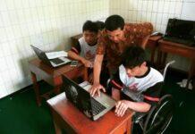Pendamping dari Bramudia Nur Alam memberikan penjelasan soal materi untuk perlombaan. (Foto: ISTIMEWA)
