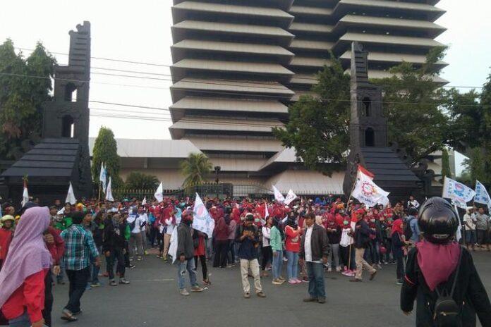 unjuk rasa di depan kantor gubernuran