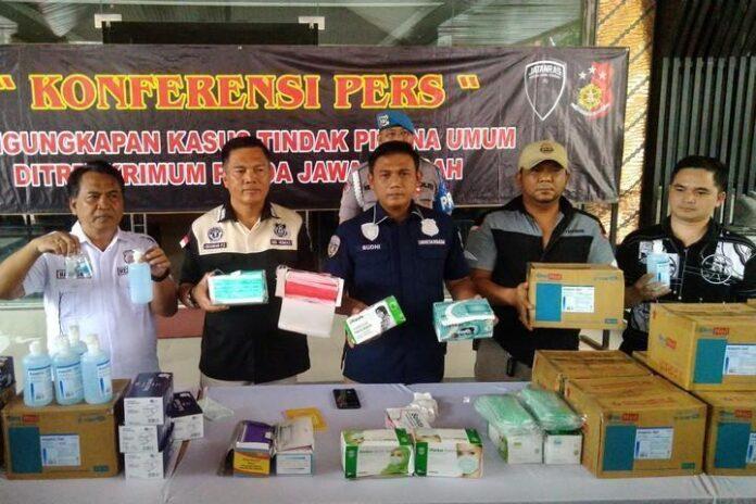 Kombes Pol Iskandar Fitriana (dua dari kiri)