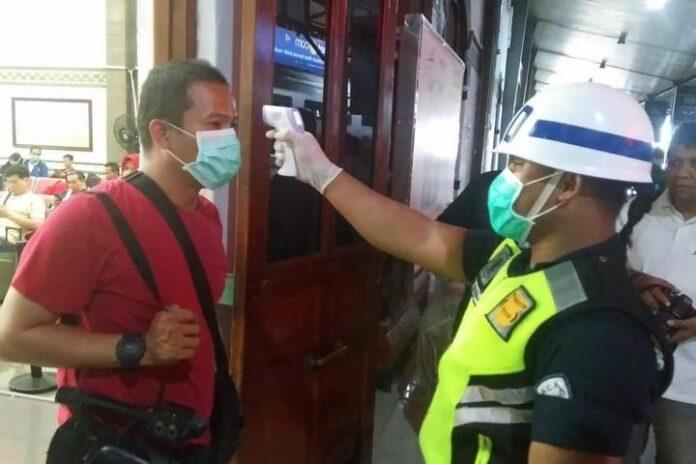 Penumpang di Stasiun Tawang diukur suhu tubuhnya