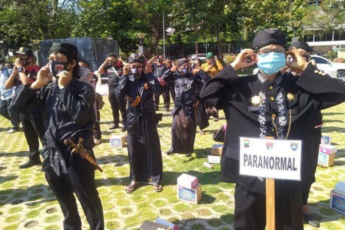 Kelompok paranormal sosialisasi penggunaan masker