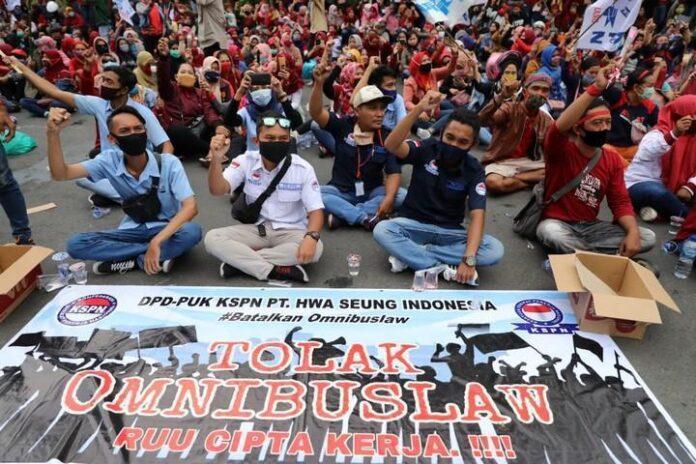 Unjuk rasa menolak pengesahan UU Cipta Kerja