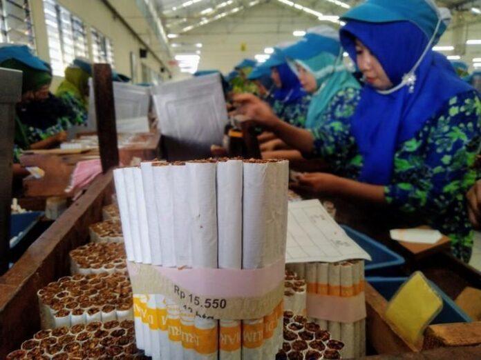 Sejumlah pekerja rokok di Kudus