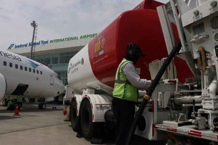 Petugas mengisi BBM Avtur ke pesawat