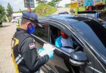 Petugas memeriksa dokumen perjalanan pemudik