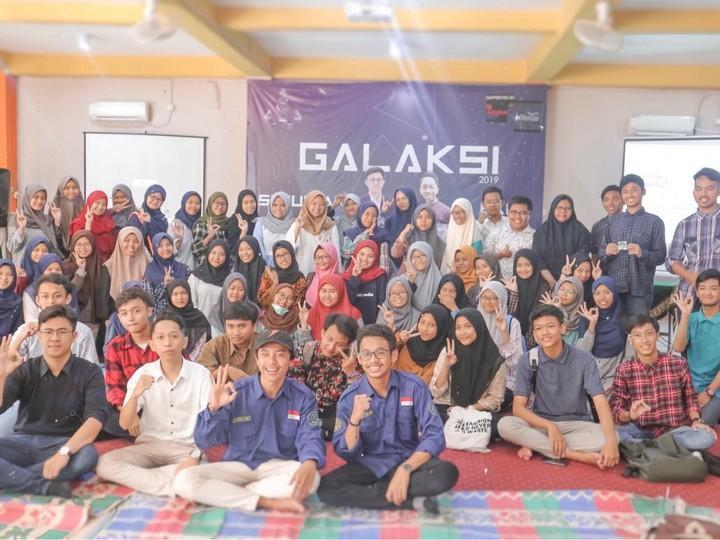 Bersama anak-anak muda