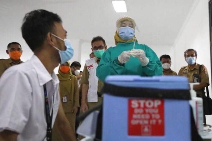Petugas vaksinator bersiap melakukan vaksinasi