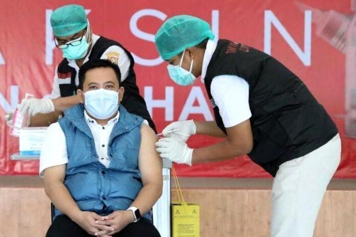 Sukirman menerima suntikan vaksin kedua