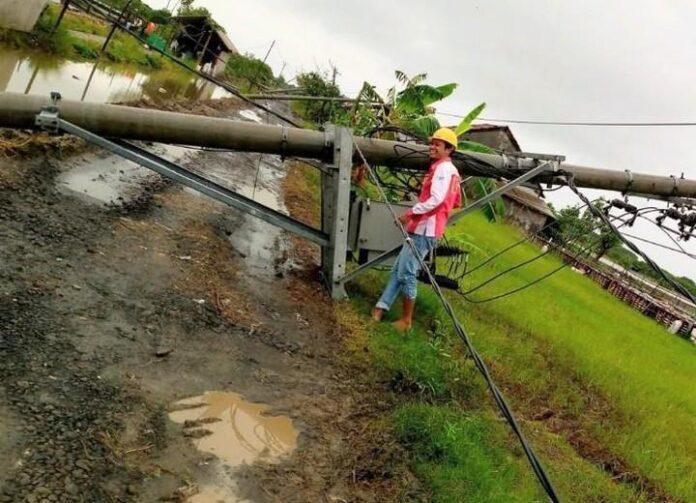 Tiang listrik yang roboh di wilayah Pekalongan