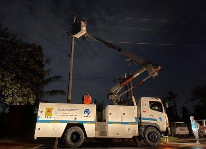 Petugas PLN terus berupaya menormalkan jaringan