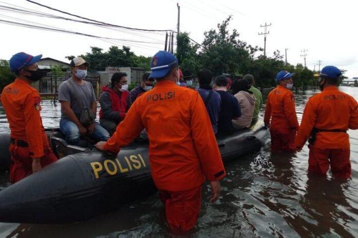 Tim SAR evakuasi warga di kawasan Kaligawe