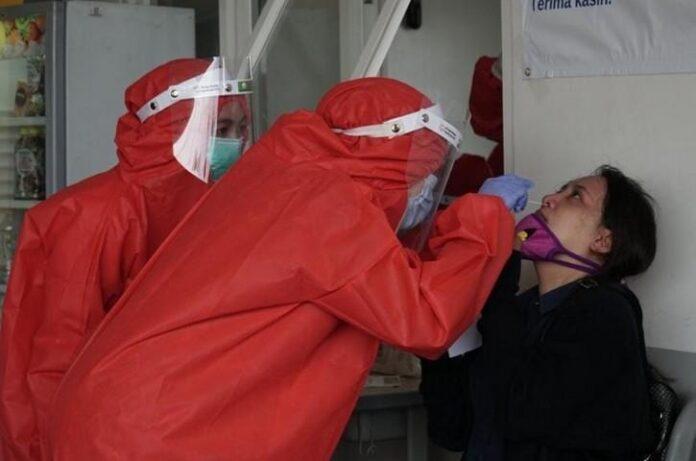 Petugas kesehatan melakukan swab Antigen