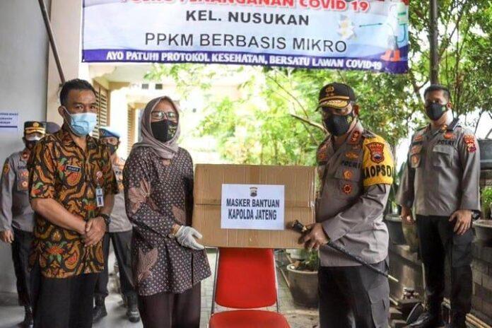 Kapolda Jateng Irjen Pol Ahmad Luthfi menyerahkan paket bantuan masker kepada perwakilan kelurahan di Kota Surakarta, Minggu (14/2)
