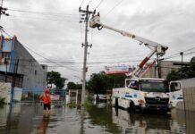 Petugas PLN melakukan pemulihan jaringan listrik di permukiman warga yang terdampak karena banjir