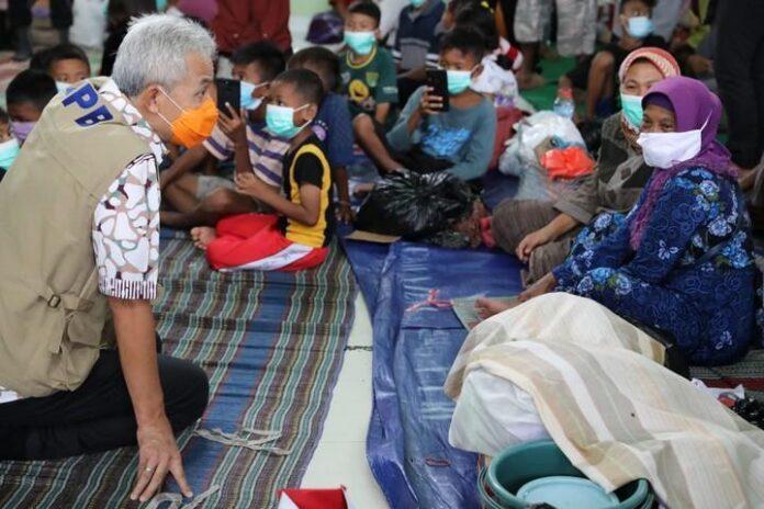 Sejumlah pengungsi di aula kantor Kecamatan Pekalongan Barat