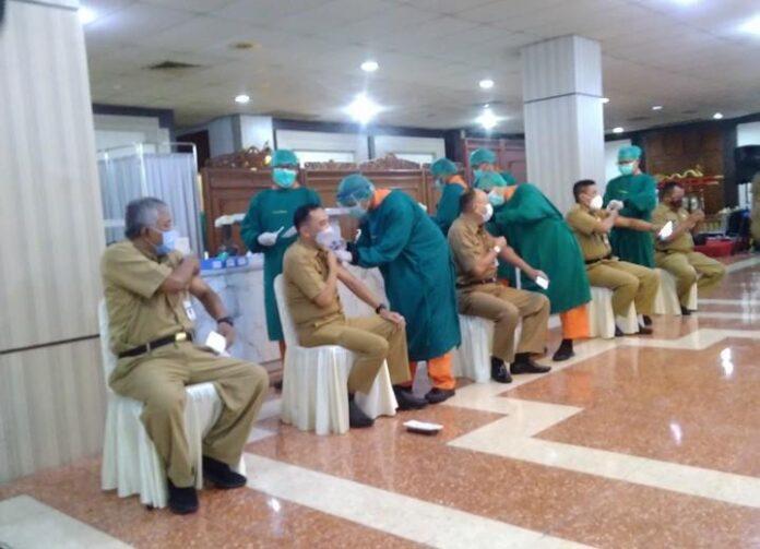 Sejumlah ASN Pemprov Jateng mengikuti vaksinasi di Gedung Gradhika Bhakti Praja, Senin (22/2).