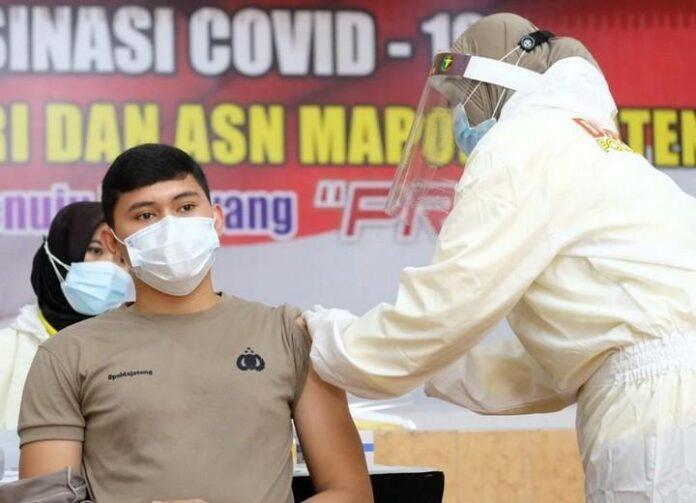 Seorang anggota Polda Jateng mendapat suntikan vaksin tahap pertama di gelombang kedua, Senin (22/2).
