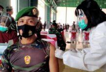 Seorang anggota TNI mendapat vaksinasi