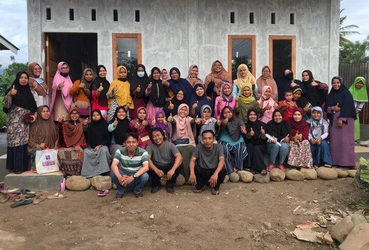 Elsa Maharrani bersama warga Kampung Jahit